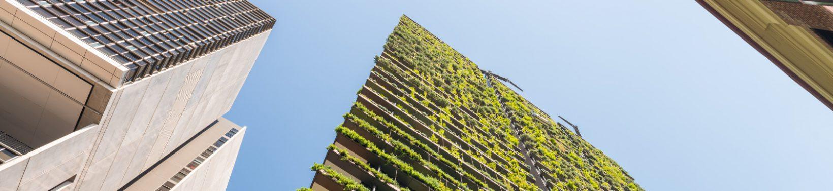 Gratte-ciel avec fleurs et vegetation le long des balcons