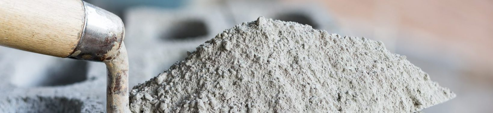 Ciment ou mortier poudre de ciment avec une truelle posee sur la brique pour les travaux de construction.; Shutterstock ID 560099371